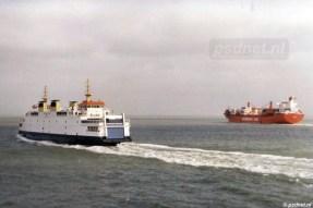 De veerboot Koningin Beatrix op de foto met een Duits schip van de reder Hamburg Süd.