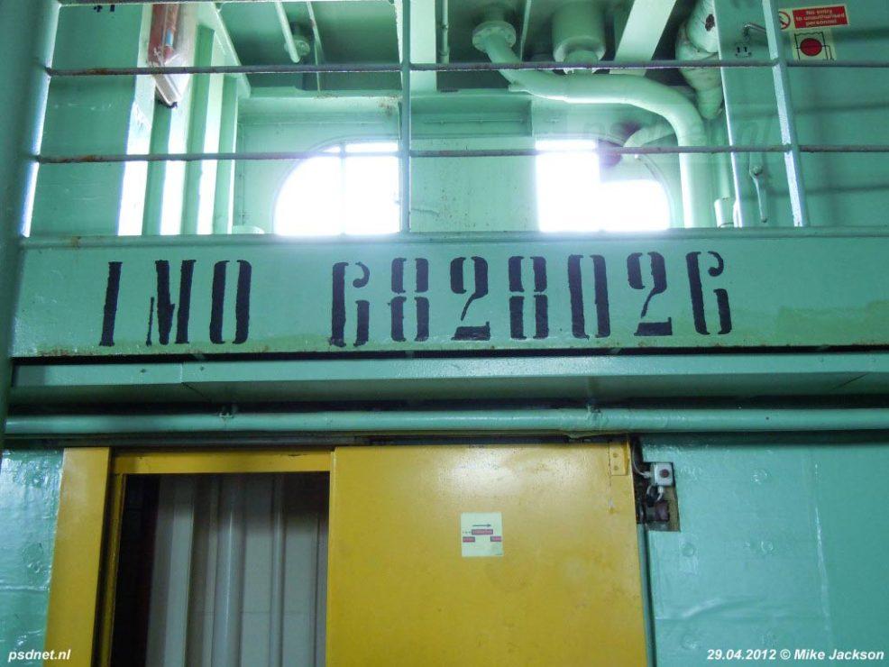 Het IMO-nummer van de Ladies Matacena aan de zijkant van het autodek.