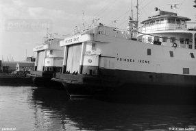 De zusterschepen Prinses Irene en Prinses Margriet in de Binnenhaven van Vlissingen. De Prinses Irene wacht op vertrek naar Malta en is al geprepareerd voor de zeereis.