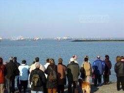 Toeschouwers bekijken de laatste PSD-afvaart vanaf de dijk in Breskens.