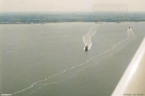 De zusterschepen Beatrix en Friso gezien vanuit een vliegtuig.