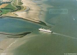 Een ansichtkaart van Breskens met een luchtfoto van de Prinses Juliana onderweg naar de veerhaven.