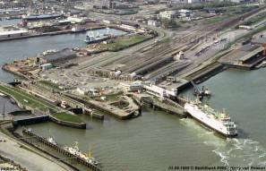 Een luchtfoto van Rijkswaterstaat uit 1988 van Vlissingen met de PSD-veerboot Prinses Juliana. De heftorens van de kleine fuik zijn inmiddels verwijderd, de fuik zelf zou omstreeks 1993 worden gesloopt.