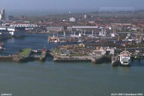 Een luchtfoto van de Buiten- en Binnenhaven van Vlissingen. Naast de fuik ligt de Prinses Juliana (1986) die tijdelijk invalt voor de Koningin Beatrix (1993). Uiterst links zien we de bouw van de Sardijntoren, met 85 meter het hoogste punt van Vlissingen.
