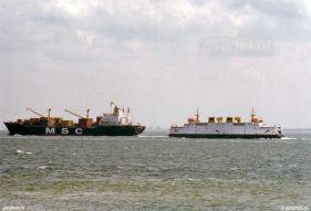 Een containerschip van MSC gezien met de Prins Johan Friso op de Westerschelde bij Vlissingen.
