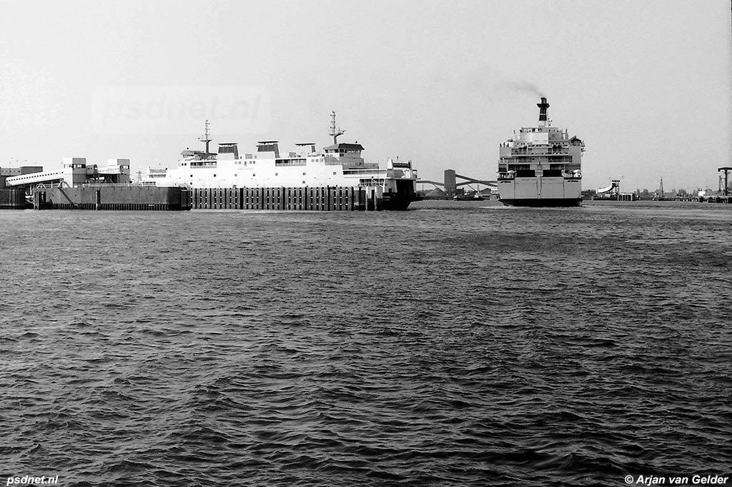 De toch al redelijk grote Koningin Beatrix verbleekt bij het zien van de Olau-ferry naar Sheerness. Beide veerboten varen tegenwoordig in Italië.