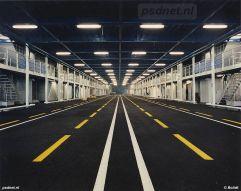 Het onderste (hoofd-) rijdek van de Koningin Beatrix biedt 458 meter rijstrook voor personenauto's of vrachtwagens.
