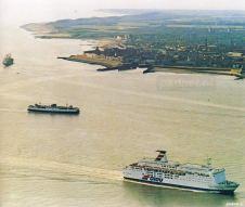 Een luchtfoto van Vlissingen met op de achtergrond de PSD-boot Prinses Margriet en op de voorgrond een ferry van Olau.