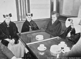 Passagiers in klederdracht