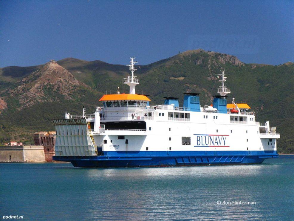 Aankomst van de Acciarello in Portoferraio. In de zomer van 2012 werd de veerboot verhuurd aan Blunavy en ingezet op de dienst Piombino-Portoferraio.