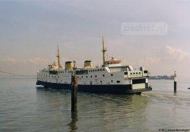 Van maart 1970 tot maart 2003 heeft de dubbeldeksveerboot Prins Willem-Alexander gevaren op de veerdienst Kruiningen-Perkpolder. Hier zien we deze PSD-veteraan vertrekken uit Perkpolder op weg naar Kruiningen.