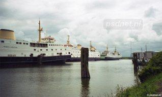 De drie oudste PSD-dubbeldekkers wachten in het voorjaar van 2003 op wat komen gaat in de Binnenhaven van Vlissingen.