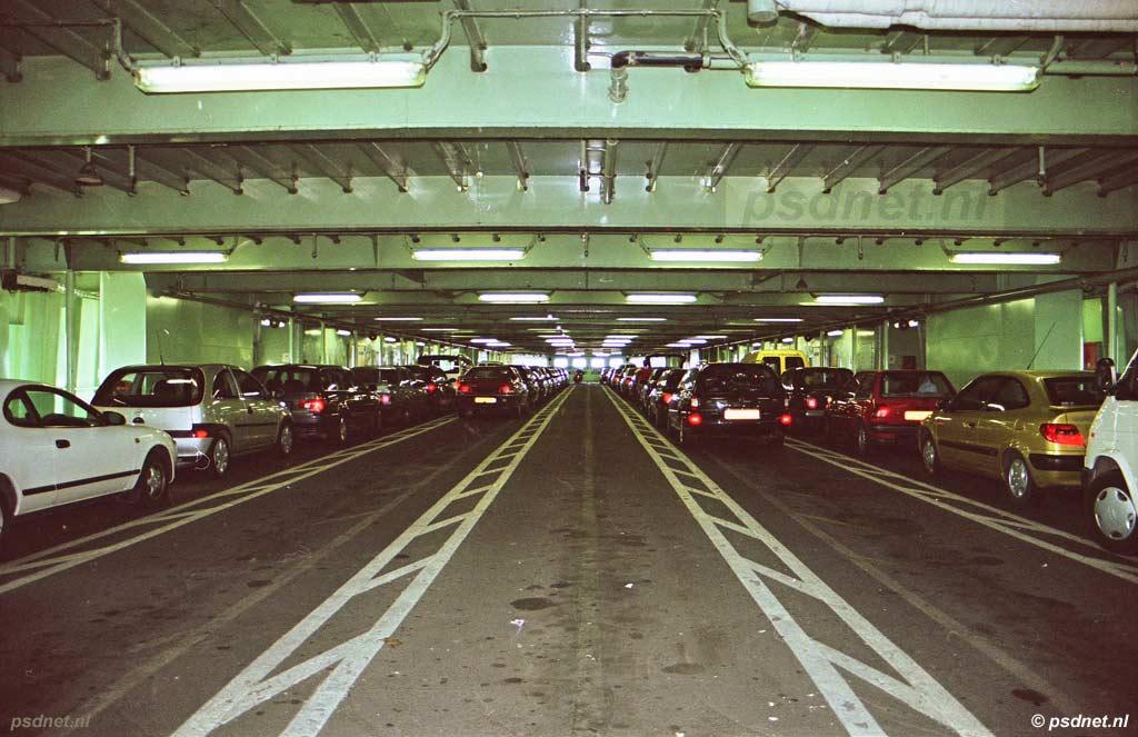 De doorrijhoogte van het bovenste autodek laat geen vrachtwagens toe en dit dek biedt plaats aan 116 personenauto's.