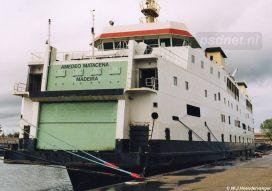 De naam Prinses Juliana is inmiddels in zwart overgeschilderd. Op de deur van het bovenste rijdek is de nieuwe scheepsnaam geschilderd: Amedeo Matacena.