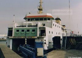 Naast de lange fuikwand van Vlissingen was een aanlegplaats voor veerboten. Hier ligt de Prinses Juliana aan de kant, de dienstboot voert de veerdienst Vlissingen-Breskens alleen uit.