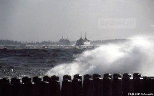 De enkeldekker Margriet en de dubbeldekker Juliana trotseren een flinke storm op de Westerschelde tussen Vlissingen en Breskens.