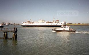 De Buitenhaven van Vlissingen met op de achtergrond de veerboot Prinses Margriet van de PSD. Op de voorgrond vaart een redeboot van het Belgische Loodswezen.