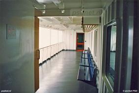 Het promenadedek van de Koningin Beatrix bestond uit vier galerijen aan de zijkanten en ook voor- en achterop was er nog ruimte voor passagiers om aan de reling te staan.
