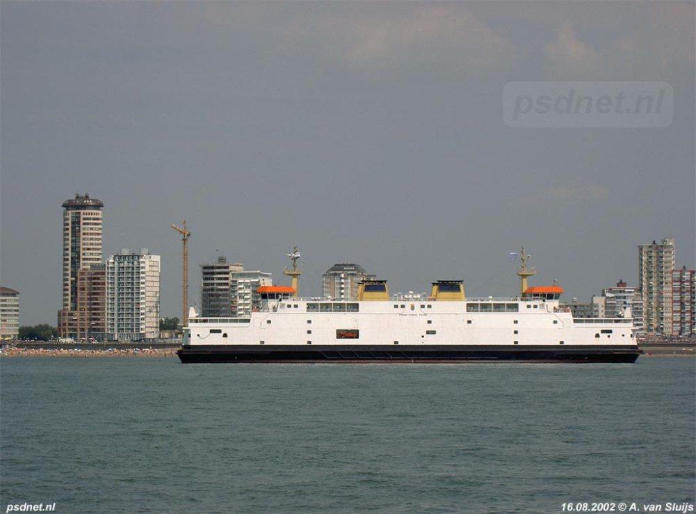 De skyline van Vlissingen met als hoogste punt de Sardijntoren. Op de voorgrond vaart de veerboot Prins Johan Friso.