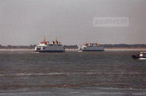 De zusterschepen Beatrix en Friso passeren elkaar op de Westerschelde tussen Breskens en Vlissingen.