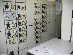 Een deel van de controlekamer voor de machines benedendeks op de Prins Johan Friso.