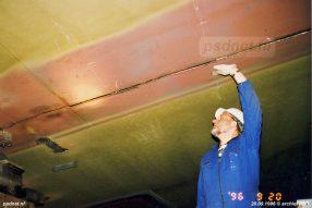 Tijdens de bouw van de nieuwe veerboot Prins Johan Friso werd een scheur ontdekt in de romp. Hier inspecteert werfpersoneel de ontstane scheur.