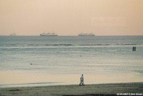 Strand met vertrekkende veerboten