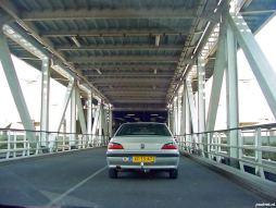 Het laden van de dubbeldeksveerboot Prins Johan Friso in Breskens. Naast vrachtwagens werden er ook personenauto's geladen op het onderste autodek.