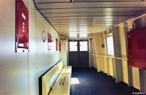 De uitgang voor passagiers op de Prinses Juliana. Ook in de tijd dat het schip op Kruiningen-Perkpolder dienst deed verwezen de wegcijfers op het schip naar Vlissingen en Breskens.