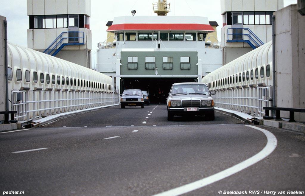 Auto's verlaten het bovenste rijdek van de veerboot Prinses Juliana. Deze dubbeldeksveerboot was de eerste in zijn soort op de veerdienst Vlissingen-Breskens.