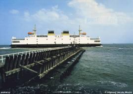 De Koningin Beatrix passeert bij het verlaten van de Vlissingse Buitenhaven het havenhoofd.
