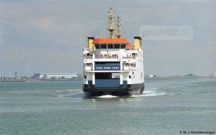 Op een mooie zomerdag komt de Zeeuwse dubbeldeksveerboot Prins Johan Friso aan in Breskens.