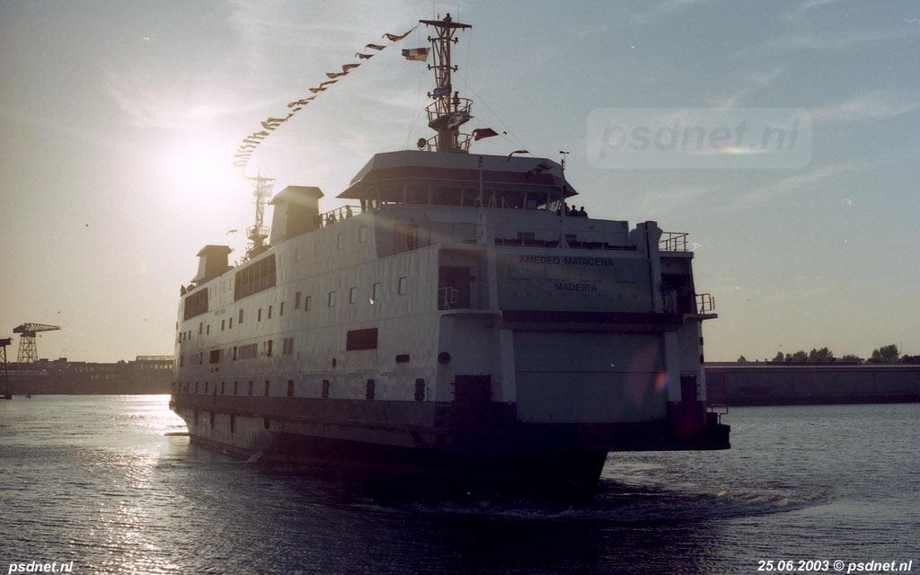 In het tegenlicht zien we de Amedeo Matacena (voormalige Prinses Juliana) de Binnenhaven van Vlissingen verlaten.