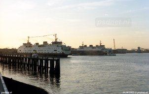 Tijdens het vertrek van de Amedeo Matacena (voormalige Prinses Juliana) komt de veerboot ook de Koningin Beatrix tegen die dan nog voor BBA Fast Ferries het voetveer Vlissingen-Breskens onderhoud.