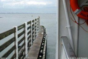 Het uitzicht vanaf de PSD-dubbeldekker was mooi, de schepen waren erg hoog en je kon daarom goed om je heen kijken. Links zien we de windschermen op de fuikwand van Breskens.