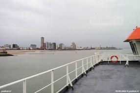 De skyline van Vlissingen is het mooiste vanaf de PSD-boot werd weleens gezegd. Hier vaart de Friso voor de Boulevard.