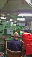 In de controlekamer benedendeks worden de machines nauwlettend in de gaten gehouden. Of het computerspelletje Patience natuurlijk.