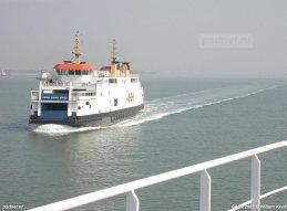 De dubbeldeksveerboot Prins Johan Friso passeert zusterschip Koningin Beatrix op de Westerschelde. Tot de SWATH-veerboten klaar waren hebben de voormalige PSD-schepen gevaren als voetveer, zonder auto's en zonder buffet.