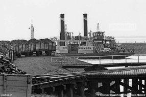 De laatste RTM-tram was al jaren van het eiland verdwenen, maar in de haven van Zijpe stond nog een rits kolenwagons. Vaak rijkelijk gevuld met de brandstof voor de stoomboten Zijpe en Krammer.