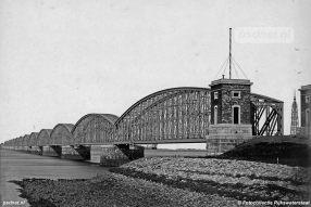 De latere autobrug die de veerdienst Willemsdorp-Moerdijk verving, lag paralel aan de spoorbrug.