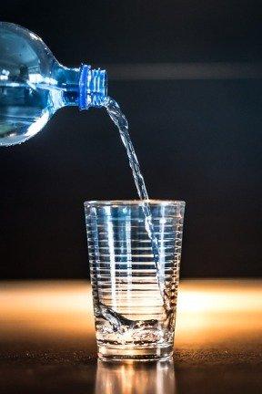 Beber dos litros de agua al día - Psicología Flexible
