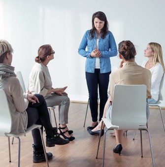 Una dona té ansietat per fòbia social - Psicologia Flexible