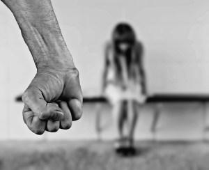 La violencia de género no comienza con los golpes.