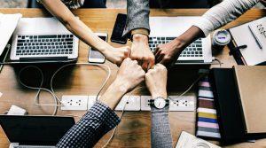 Immagine di un gruppo di persone che si aiutano