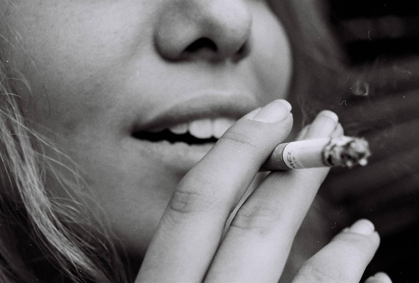 La sigaretta come prolungamento di sé, un braccio di nicotina