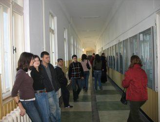 Studenţi la avizier