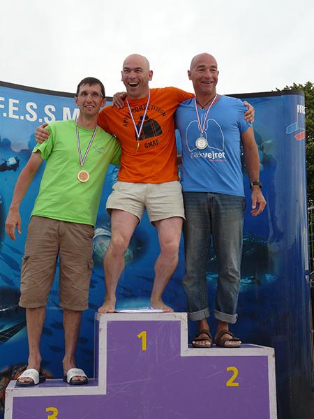 Francis Le Gall sur le podium en statique à côté d'Alain Richiou et Jean Michel Pradon