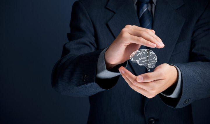 Hombre tomando conciencia de sus emociones y desarrollando su inteligencia emocional