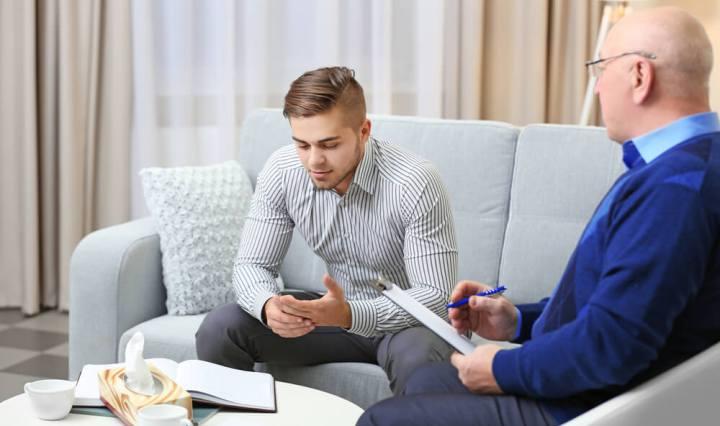 Psicólogo atendiendo a un paciente en su consulta
