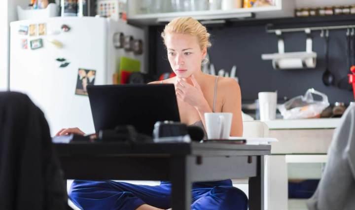 Mujer analizando en la cocina de su hogar las ventajas del atendimiento psicologico online